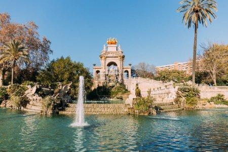 Photo pour Barcelone - 28 décembre 2018: ensemble architectural et le lac avec des fontaines dans le Parc de la Ciutadella - image libre de droit