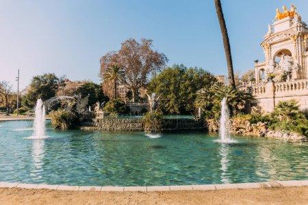 Photo pour Magnifique ensemble architectural et lac avec des fontaines dans le parc de la ciutadella, Barcelone, Espagne - image libre de droit