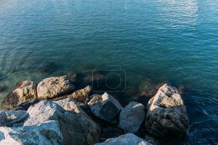skały Coast i jasnych i przejrzystych morze woda, barcelona, Hiszpania