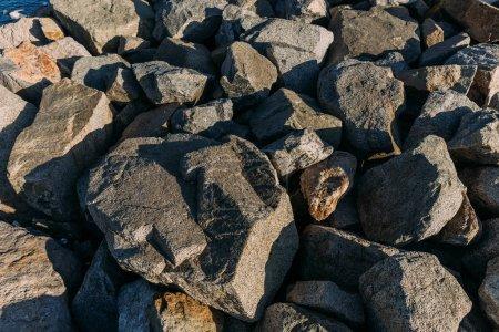 Photo pour Pierres de granit naturel éclairé avec le soleil, Barcelone, Espagne - image libre de droit