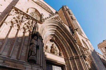 Photo pour Exterior of temple expiatori del sagrat, barcelona, spain - image libre de droit