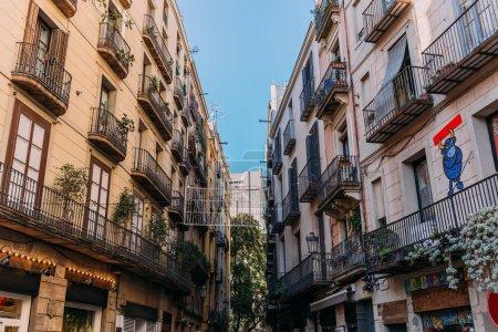 Photo pour Barcelone, Espagne - 28 décembre 2018: maisons avec des balcons et des graffiti sur le mur - image libre de droit