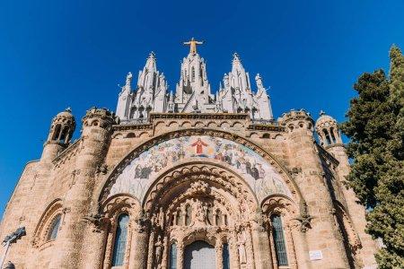 Photo pour Entrée centrale du temple expiatori del sagrat, Barcelone, Espagne - image libre de droit