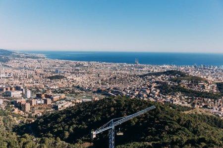 Photo pour Vue panoramique de la ville à pied des vertes collines et mer bleue, Barcelone, Espagne - image libre de droit