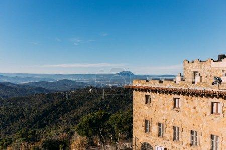 Photo pour Vieux château et belle vue sur collines recouvertes de forêt, Barcelone, Espagne - image libre de droit