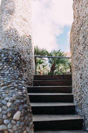 Photo pour Escalier avec des murs de pierres multicolores, Barcelone, Espagne - image libre de droit