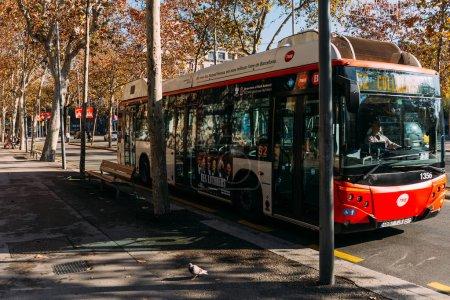 Photo pour Barcelone, Espagne - 28 décembre 2018: bus déplacement sur route de la ville sur la journée ensoleillée - image libre de droit