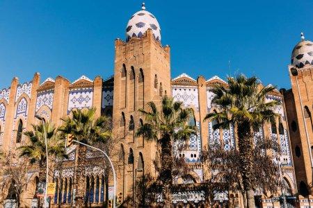 Photo pour Beau bâtiment multicolore décoré avec ornement, Barcelone, Espagne - image libre de droit