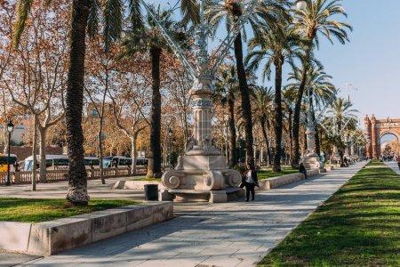 Photo pour Barcelone, Espagne - 28 décembre 2018: large allée avec des lanternes dans le Parc de la Ciutadella menant à l'Arc de triomphe - image libre de droit