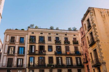 Photo pour Maisons multicolores avec balcon fermé, Barcelone, Espagne - image libre de droit