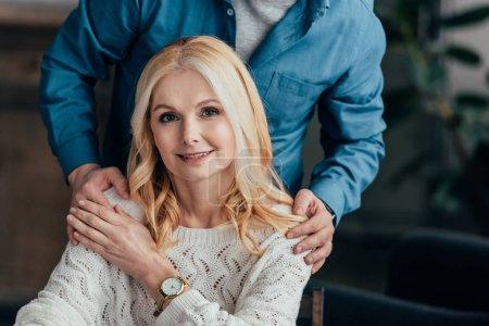 abgeschnittene Ansicht von Ehemann umarmt attraktive Frau zu Hause