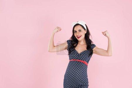 Mujer embarazada feliz en vestido mostrando sí gesto aislado en rosa