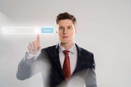 Photo pour Homme d'affaires confiant en costume pointer avec le doigt à l'illustration de bar recherche en face - image libre de droit