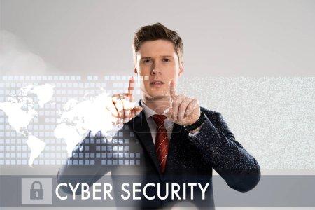 Foto de Empresario confío en traje apuntando con los dedos en la ilustración de la seguridad cibernética en el frente - Imagen libre de derechos