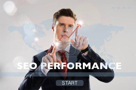 Foto de Hombre de negocios guapo en traje apuntando con los dedos en la ilustración de la seguridad cibernética en el frente - Imagen libre de derechos