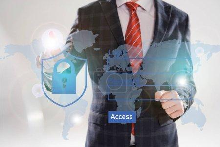 Foto de Vista recortada del empresario señalando con el dedo en la ilustración de la seguridad cibernética en el frente del traje - Imagen libre de derechos