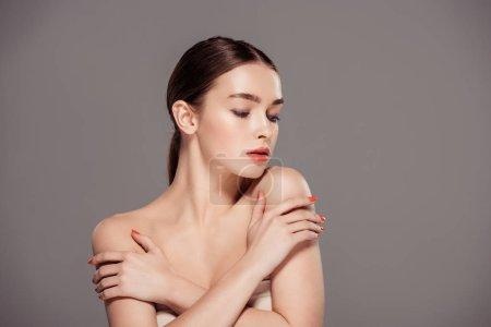 Photo pour Belle fille élégante posant isolés sur gris avec espace copie - image libre de droit