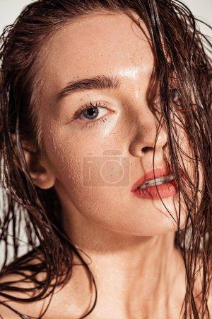 Foto de Hermosa joven seductora con los labios coral y pelo mojado mirando a cámara - Imagen libre de derechos