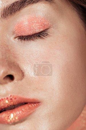Photo pour Gros plan de femme avec maquillage corail scintillant et yeux fermés - image libre de droit