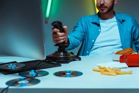 Foto de Enfoque selectivo del hombre jugando videojuego con joystick negro - Imagen libre de derechos
