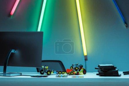 Photo pour Ordinateur, voitures jouets et disques compacts avec jeux vidéo sur table - image libre de droit