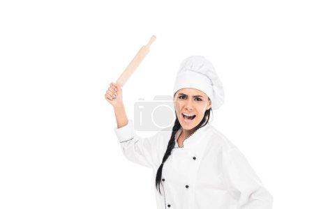 Photo pour Chef en colère dans le chapeau tenant rouleau à pâtisserie et criant isolé sur blanc - image libre de droit