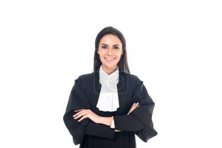 Photo pour Vue de face du juge souriant en robe judiciaire debout avec les bras croisés isolés sur blanc - image libre de droit