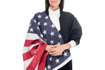 Photo pour Recadrée avis du juge judiciaire robe tenant le drapeau américain, isolé sur blanc - image libre de droit
