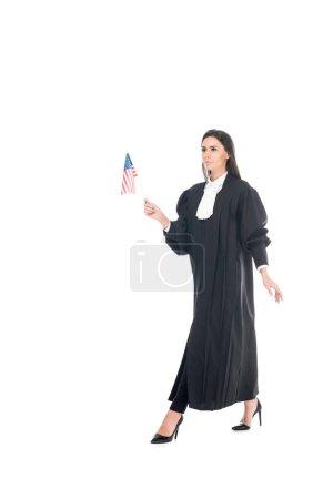 Photo pour Juge judiciaire robe tenant le drapeau américain et la marche isolé sur blanc - image libre de droit