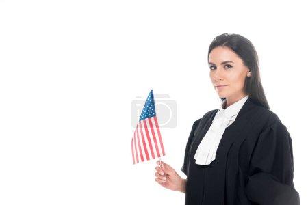 Photo pour Juge judiciaire robe tenant le drapeau américain, isolé sur blanc - image libre de droit