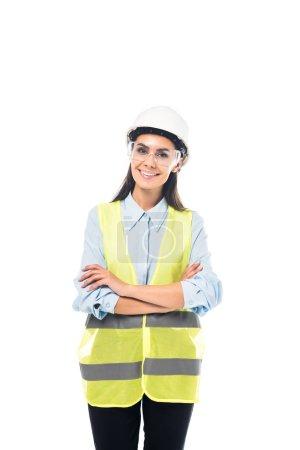 Photo pour Ingénieur en souriant dans le gilet de sécurité et des lunettes debout avec les bras croisés isolés sur blanc - image libre de droit