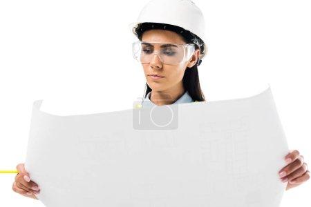 Photo pour Concentré d'ingénieur dans le gilet de sécurité en regardant plan isolé sur blanc - image libre de droit
