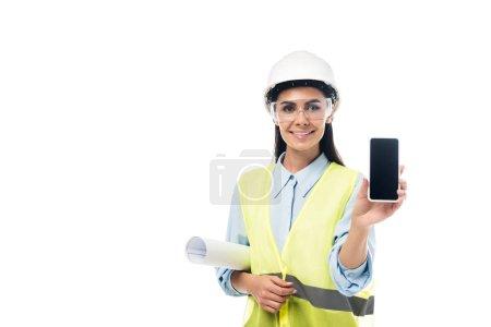 Photo pour Ingénieur en souriant avec blueprint indiquant un smartphone avec écran blanc isolé sur blanc - image libre de droit