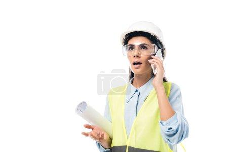 Photo pour Ingénieur choqué hardhat blueprint et parler sur smartphone isolé sur blanc - image libre de droit