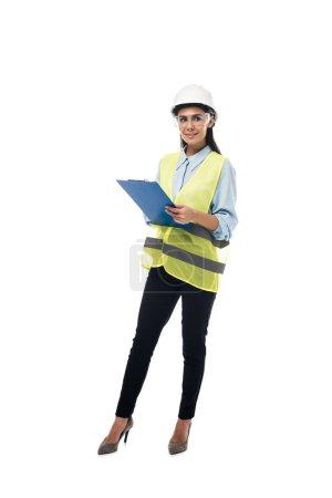 Photo pour Vue pleine longueur d'ingénieur au presse-papiers hardhat holding isolé sur blanc - image libre de droit