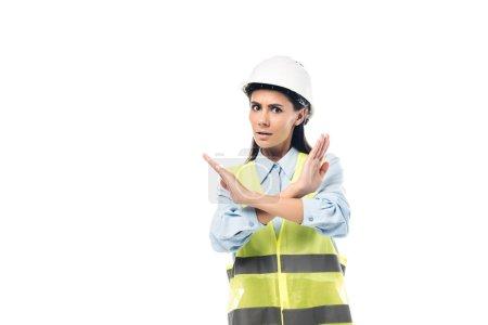 Photo pour Ingénieur inquiet en hardhat montrant le signe d'arrêt isolé sur le blanc - image libre de droit