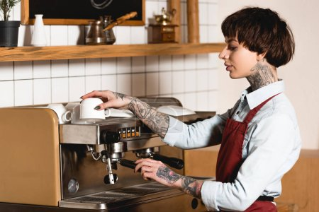Photo pour Barista assez tatoué préparation du café sur la machine à café - image libre de droit