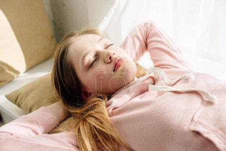 Photo pour Enfant fatigué d'adolescent se trouvant sur le coussin avec les yeux fermés - image libre de droit