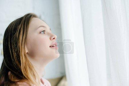 Photo pour Inspiré adolescent mignon regardant loin avec la bouche ouverte - image libre de droit