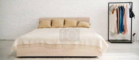 Foto de Cama grande con cojines y manta en el dormitorio adolescente - Imagen libre de derechos