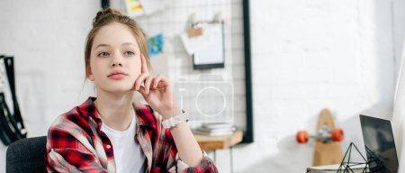 Photo pour Photo panoramique d'adolescent pensive en chemise à carreaux regardant loin - image libre de droit