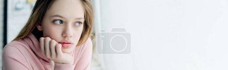 Photo pour Tir panoramique de l'adolescence se étayage face avec la main et regardant loin - image libre de droit