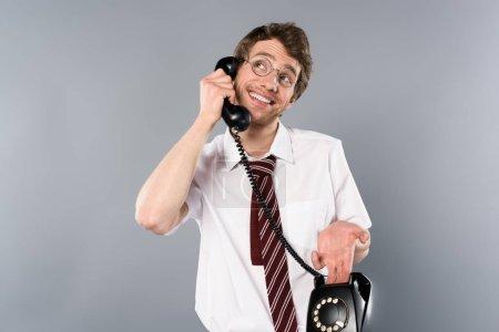 Photo pour Sourire d'homme d'affaires positif dans des verres parler téléphone vintage - image libre de droit