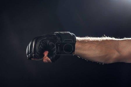 Foto de Vista recortada de Boxer en guante de cuero en negro - Imagen libre de derechos