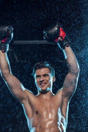 Photo pour Boxeur heureux montrant Oui geste sous l'eau tombe sur le noir - image libre de droit