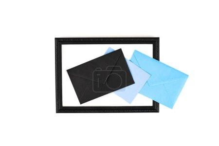 Photo pour Vue de dessus du cadre et des enveloppes isolés sur blanc - image libre de droit