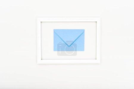 Foto de Vista superior de marco y sobre azul sobre blanco - Imagen libre de derechos