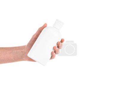 abgeschnittene Ansicht der Frau mit Kosmetikflasche isoliert auf weiß
