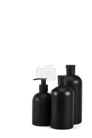 Photo pour Flacons cosmétiques noirs avec vaporisateur et bouchons isolés sur blanc - image libre de droit