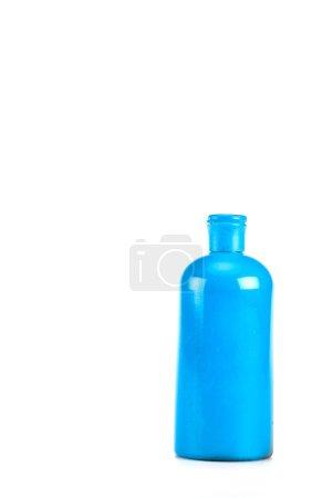 Photo pour Bouteille cosmétique bleue avec le bouchon d'isolement sur le blanc - image libre de droit